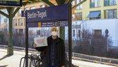 Sven Tegel vom DGB Reinickendorf am Bahnhof Berlin-Tegel mit Schild: Hier muss investiert werden