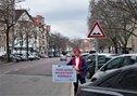 Steglitzer Damm, Gewerkschafter mit Schild: Hier muss investiert werden