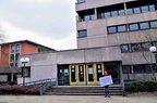 Gewerkschafter mit Schild vor Rathaus in Berlin-Zehlendorf: Hier muss investiert werden