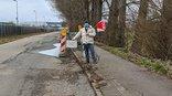 Radweg der Käsbrünnlestraße in Sindelfingen, Gewerkschafter mit Schild: Hier muss investiert werden