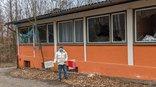 Ehemaligen Waldheim der AWO in Sindelfingen, Gewerkschafter mit Schild: Hier muss investiert werden