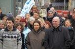 Teilnehmer der Schweigeminute vor dem DGB-Haus