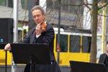 Violonist mit Straßenbahn am Henriette-Herz-Platz