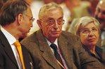 Dietmar Hexel, Ernst Breit sich miteinander unterhaltend und sitzend im Publikum des 18. OBKs