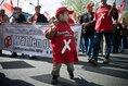 Zentrale DGB-Maikundgebung in Essen. Ein kleiner Junge trägt ein Banner Zukunft gestalten
