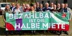 Bei der Kreis- und Stadtverbandsfrühjahrstagung des DGB-Bezirks Niedersachsen – Bremen – Sachsen-Anhalt in Hustedt stellen sich die Ehrenamtlichen zusammen mit DGB-Vorsitzendem Reiner Hoffmann (4.v.r.) hinter das Kampagnenbanner: Bezahlbar ist die halbe Miete