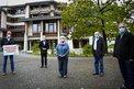 """Dieter Roß, Landrat Frank Puchtler, Monique Menzel, Robert Gensmann, Karl-Heinz Michel vor Kreishaus mit """"Hier muss investiert werden""""-Schild."""