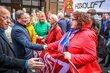 Ministerpräsident Armin Laschet und Bielefelds Oberbürgermeister Pit Clausen begrüßen die Teilnehmenden der Demo in Bielefeld.