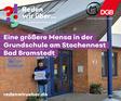 """Ralph Baum vor der Grundschule am Storchennest mit """"Hier muss investiert werden""""-Schild."""