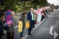 """""""Wohnen ist Menschenrecht"""" - als Teil des gleichnamigen Bündnisses stellt der DGB am 19. September 2019 eine Menschenkette zwischen Bundeskanzleramt und Bundesinnenministerium"""