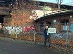 Reiner Hoffmann zeigt eine Ruine mit unübersehbarem Investitionsbedarf Siemensstadt in Berlin.