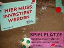 Spielplatz in Mönchengladbach versinkt in Matsch, Schild: Hier muss investiert werden