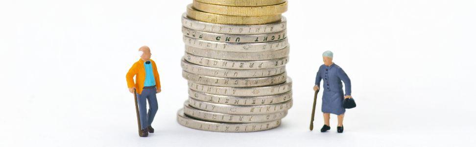 Symbolbild: Münzenstapel zwischen Rentnerpaar