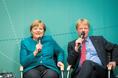 Bundeskanzlerin Angela Merkel und DGB-Vorsitzender Reiner Hoffmann bei der Podiumsdiskussion beim L20 Gewerkschaftsgipfel in Berlin