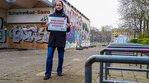 """Geschlossenes Schwimmbad am Holzmarktgelände in Berlin: Andreas Fricke mit Schild """"Hier muss investiert werden"""""""
