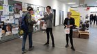 Verteilaktion mit der Gewerkschaftsjugend in der Uni und FH Bielefeld.
