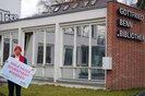 Gewerkschafter mit Schild vor Gottfried-Benn-Bibliothek in Berlin-Zehlendorf: Hier muss investiert werden