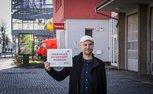 Feuerwache in Berlin Reinickendorf, Sven Tegel mit Schild: Hier muss investiert werden