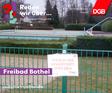 """Schwimmbad Meldorf und Bothel mit """"Hier muss investiert werden""""-Schild."""
