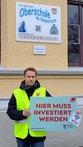 Matthias Richter-Steinke (DGB) vor der Lüneburger Oberschule am Wasserturm