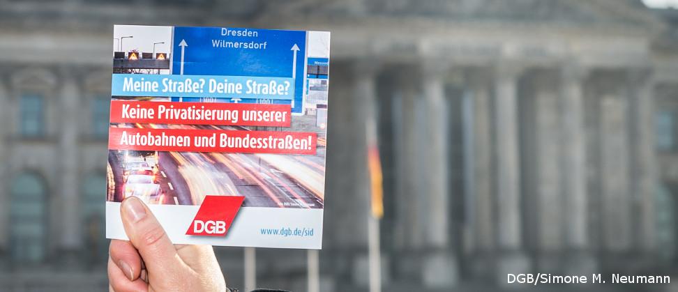 Plakat vor Reichstag: Meine Straße, deine Straße? Keine Privatisierung unserer Autobahnen