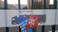 Verteilaktion zum Aktionstag Europa vor den Werkstoren von König&Bauer in Würzburg.