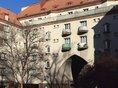 Fadde Wohnhau mit Balkonen und Torbogen