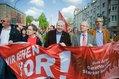 Zentrale DGB-Maikundgebung in Essen. Zug durch die Stadt. Michael Sommer trägt das Banner mit dem Maimotto