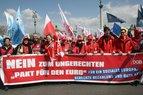 """Deutsche Gewerkschafter mit dme Plakat """"Nein zum ungerechten 'Pakt für den Euro'"""""""