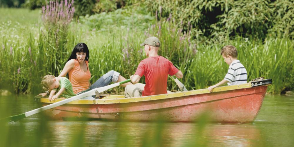 Familie mit Boot auf dem Wasser