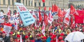 Menschenmenge Gewerkschafter Gewerkschafterinnen bei Kundgebung Demo Missbrauch von Leiharbeit und Werkverträgen beenden, München, 9.4.16
